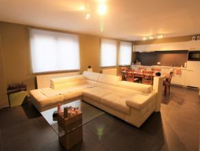 Dit prachtig appartement in het centrum van Wetteren beschikt over een ruime woonkamer met praktische open ingerichte keuken, een berging, een luxueuz