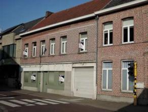 Te Lebbeke : Topaanbieding :Ideale starterswoning met gezellig tuintje en garage, 3 slaapkamers.Op het gelijkvloers vindt u een inkomhal, apart toilet