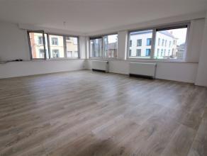 Dit royaal appartement in het centrum van Wetteren is ideaal voor wie houdt van de nodige rust in het pand zelf maar eveneens te vinden is voor levend