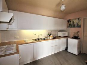 Een zeer gezellig dakappartement op ideale locatie in het centrum van de bruisende gemeente Wetteren. Een grote woonkamer, een praktische keuken met o