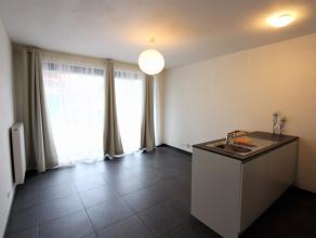In het centrum van Wetteren vindt U in een nieuwe residentie deze studio gelegen op het gelijkvloers bestaande uit een woonkamer met open ingerichte k