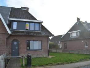 Beschrijving Halfopen bebouwing Deze moderne woning is gelegen in een rustige straat te Dendermonde, op slechts 5 minuten van het centrum en nabij ver