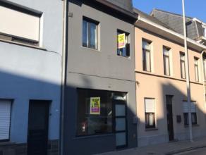 Beschrijving Gesloten bebouwing Bent u op zoek naar een ruime woning in het centrum te Dendermonde?Dan is deze zeker iets voor u. Indeling: Gelijkvloe