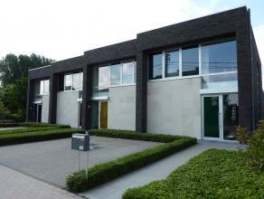 Deze moderne lage-energiewoning is gelegen in Wetteren-Ten-Ede. <br /> <br /> Op de gelijkvloerse verdieping is er een inkomhal, vestiaire, apart toil