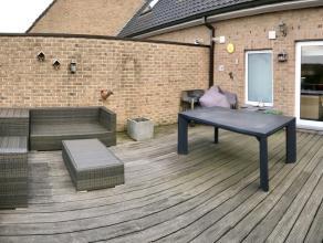 Lichtrijk appartement met terras, GEEN  gemeenschappelijke kosten met 3 slaapkamers.<br /> <br /> Het appartement bevindt zich op de eerste en tweede