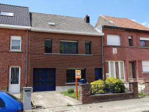 Rustig gelegen woning en deels gerenoveerde woning met aparte zijdoorgang naar de tuin op een opp van 4a51. Gelijkvloers: Inkomhall, lichtrijke living