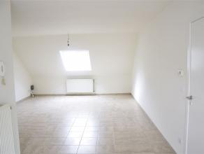 Recent vernieuwd dakappartement te huur! Het appartement heeft 1 slaapkamer, een badkamer, ingebouwde keuken en gezellige zithoek. In de badkamer is e