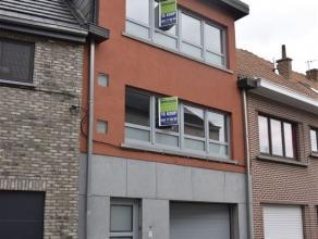Ruime bel-etage woning te koop nabij centrum Aalst! Deze woning omvat op het gelijkvloers een garage met automatische poort, een bureauruimte en een b