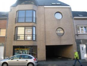 Ruim appartement in een kleine residentie van 4 appartementen gelegen tegen het centrum van Aalst. De residentie is voorzien van een lift en een binne