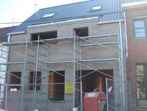 Rustig gelegen nog verder af te werken ruime nieuwbouwwoning met garage en tuin gelegen op 3 a 50 ca. De gelijkvloerse verdieping omvat ruimtes voor i