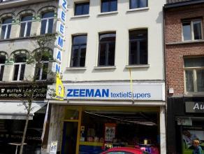 Groot handelspand te huur, gelegen in het centrum van Dendermonde- Brusselstraat 45. <br /> Het gelijkvloers heeft een oppervlakte van 282 m².<br
