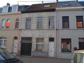 *** IN OPTIE ***Een te renoveren ruime woning gelegen dichtbij het centrum van Aalst.De woning is reeds voorzien van aardgasmeter, nieuw dak met 3 dak