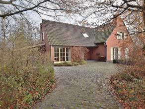 Deze ruime villa is gelegen in een rustige straat, omringd door groen en op een steenworp van het bruisende centrum van Oudenaarde. De woning staat op