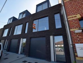 Deze nieuwbouwwoning is gelegen op enkele minuten van het centrum van Oudenaarde. Langs beide kanten heeft de woning een prachtig uitzicht over Oudena