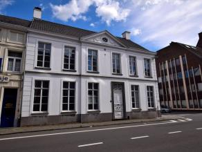 Deze prachtige herenwoning is volledig gerenoveerd met respect en behoud van authentieke elementen (bv. sierschouwen, muurschilderingen, beeldhouwwerk