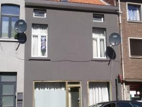 Deze rijwoning/handelspand heeft een goede ligging aan de stadsrand van Gent, op fietsafstand van Gent-Centrum, op 500 m van de Gentse Stadsring, en 5