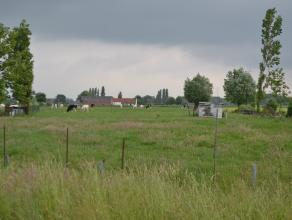 BOUWGROND ZONDER BOUWVERPLICHTING !!!<br /> <br /> In Baarle vlakbij de op-en afrit van de E40 en de R4, middenin de groene velden van het schilderach