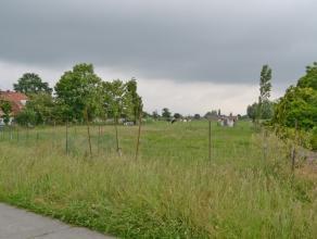 BOUWGROND ZONDER BOUWVERPLICHTING<br /> <br /> In Baarle vlakbij de op-en afrit van de E40 en de R4, middenin de groene velden van het schilderachtige