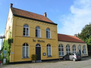 In de pittoreske erfgoedkundig beschermde dorpskern van Mullem bevindt zich dit eertijds schoolgebouw/gemeentehuis, momenteel onderverdeeld in een ops