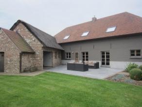 In de kern van de Vlaamse Ardennen, een regio die bekend staat om zijn reliëfrijk landschap en weidse zichten wordt deze charmante hoekwoning oma
