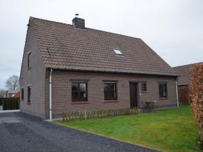 In het landelijk deel van Deinze treft u deze praktische ingedeelde gezinswoning (type 4 slaapkamers) met garage en tuin welke een bewoonbare opp. van