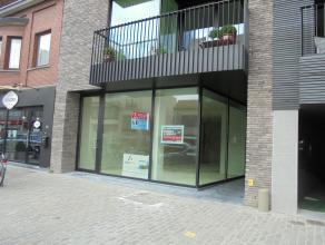 Nieuw handelspand van 138 m² bestaande uit vitrine, een open ruimte met grote glaspartij aan het einde, toilet, berging, kitchinette en groot ter