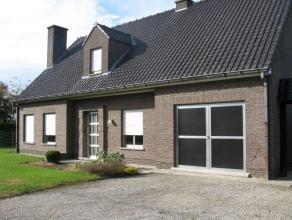 Villa op 1138m² opp, bewoonbare opp 215m², living, keuken, badkamer, 3 slaapkamers, berging, wasplaats, bureel, ruime tuin, 3 garages