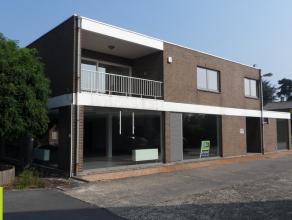 450m² toonzaal met kantoren op gelijkvloers, 90m² magazijn en bovengelegen appartement<br /> Ligging: vlot bereikbaar via N9; ca 5km van afr