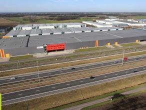 4190m² magazijn (opsplitsbaar) met mogelijkheid tot 236m² kantoren<br /> Ligging: langs de autosnelweg Antwerpen - Breda - Rotterden; in de