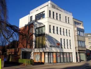 138m² kantoorruimte met terras <br /> Ligging: vlakbij afrit E17/E40 en R4; vlakbij Sint-Pietersstation; bushalte voor het pand; tramhalte op 10