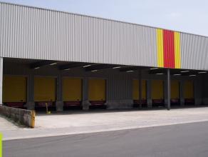11.325m² magazijn met 413m² mezzanine bij te huren boven de laadkades Ligging: VGelegen in de Transportzone te Meer, aan de grensovergang me