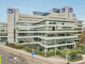1000m² à 4550m² stijlvolle kantoorruimte op 1ste verdieping Ligging: vlakbij afrit E19, E34 en ring; bus- en tramhalte voor het pand