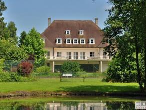 Deze statige villa bevindt zich op een terrein van 1,54 ha, en geniet een prachtig ver zicht over vijvers en weilanden. Hij werd destijds opgetrokken