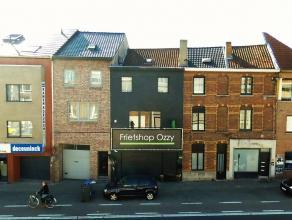 Dit gebouw betreft een top afgewerkte en ingerichte frituur met een ruim instapklaar duplex appartement met 2 zonnige terrassen, deze goed draaiende f