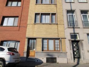 Deze vlot te bereiken opbrengsteigendom, gelegen op een perceel 144 m² groot, is opgedeeld in 2 wooneenheden. Het gelijkvloers omvat een appartem