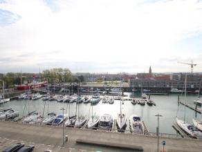 Aan de jachthaven van Zeebrugge vinden we op de bovenste (5de) verdieping dit vernieuwe penthouse met riante terrassen terug. De penthouse heeft de vo