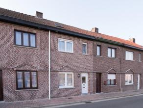 Deze rijwoning werd midden jaren 90 grondig gerenoveerd en is onmiddellijk bewoonbaar. De woning biedt netto 105m² woonoppervlak en dit op een zu