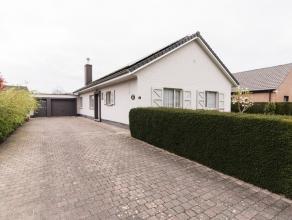 Uitstekend onderhouden laagbouwvilla met garage en tuinDeze laagbouwvilla dateert van 1974 en werd steeds bewoond door de 1ste eigenaar. Gebouwd op ee
