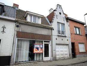 Rijwoning met winkelruimte en garage in het centrum van Sint-Denijs-Westrem, goede ligging nabij het gemeenteplein en de oprit van R4 en E40. Volgens