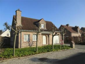 Ruime villa gelegen te Waregem met gezellige tuin. De woning is als volgende ingedeeld: inkom met toilet, leefruimte, keuken, badkamer, berging. Op de