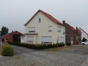 Deze woning werd recent volledig gerenoveerd. De woning beschikt op het gelijkvloers over een inkom, zeer ruime woonkamer, berging, keuken, wasplaats