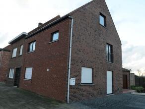 Zeer mooie volledig gerenoveerde half openbebouwde woning. <br /> Ruime woonkamer met open keuken (volledig geïnstalleerd).bijkeuken; toilet, dri