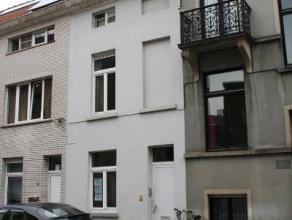 Deze vergunde studentenwoning ligt in een rustige zijstraat van de Kortrijksesteenweg. Er is een vlotte bereikbaarheid via het openbaar vervoer, het S
