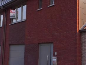 Mooi afgewerkte en instapklare nieuwbouwwoning (bel-étagewoning) omvattende op het gelijkvloers een inkom - garage - wasplaats en slaapkamer.Op