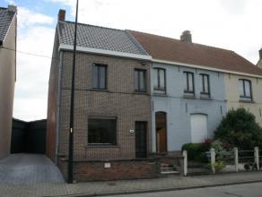 Deze ruime gezinswoning is gelegen op wandelafstand van het dorp Eine (deelgemeente Oudenaarde). Indeling gelijkvloers: inkom, leefruimte met inbouwca
