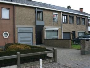 Deze interessante woning is gelegen in een rustige, residentiele wijk. De indeling is hier optimaal.  Men komt binnen via de lichtrijke hal met gasten