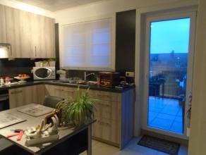 Volledig gerenoveerd duplex-appartement gelegen op de 2e en 3e verdieping met mooi zicht op het plein en gelegen dichtbij winkels.Het appartement heef