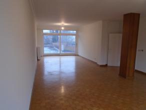 Dit zeer ruim appartement (130m²) bevindt zich op het eerste verdiep van 'residentie Ter Brug' en is gelegen vlakbij de markt te Zelzate. Het app