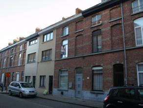 De woning is gelegen op fietsafstand van het centrum en ligt vlakbij winkels en openbaar vervoer.De woning is zeer goed onderhouden, onmiddellijk bewo