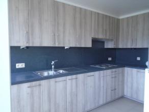 Volledig gerenoveerd appartement met twee slaapkamers en terras. Het appartement beschikt op het gelijkvloers over een gemeenschappelijke berging.<br